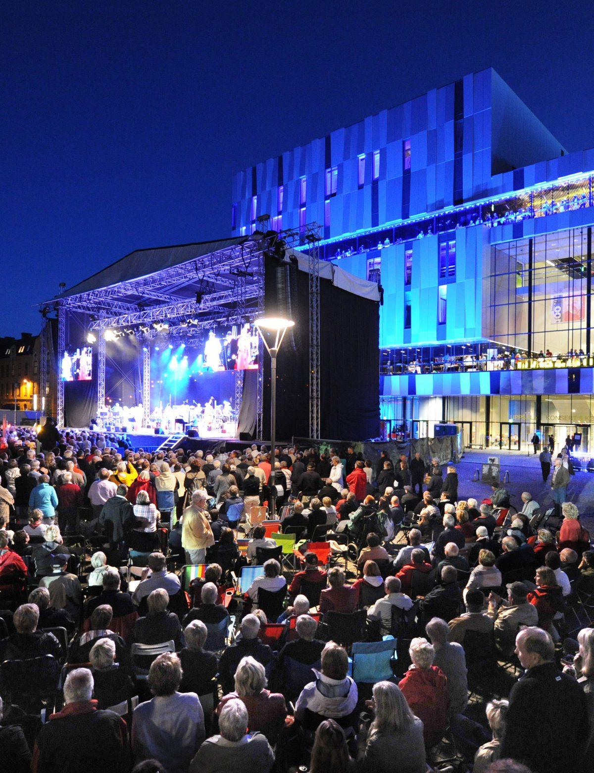 Utomhuskonsert på Vaksala torg framför UKK. Foto: Stewen Quigley.