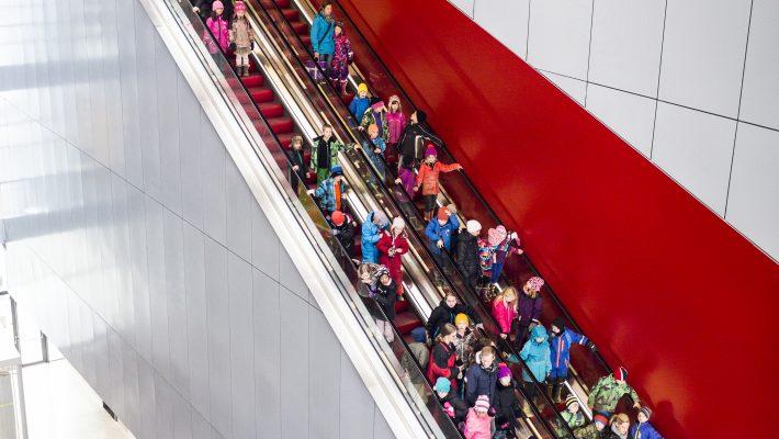 Öppettider - människor i rulltrappa. Foto:Joachim Lundgren