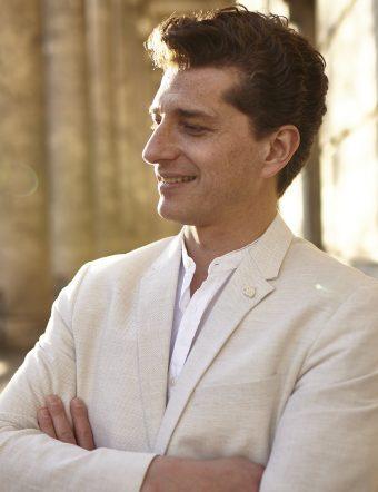 Adam Sanchez uppträder på Trettondagsafton.