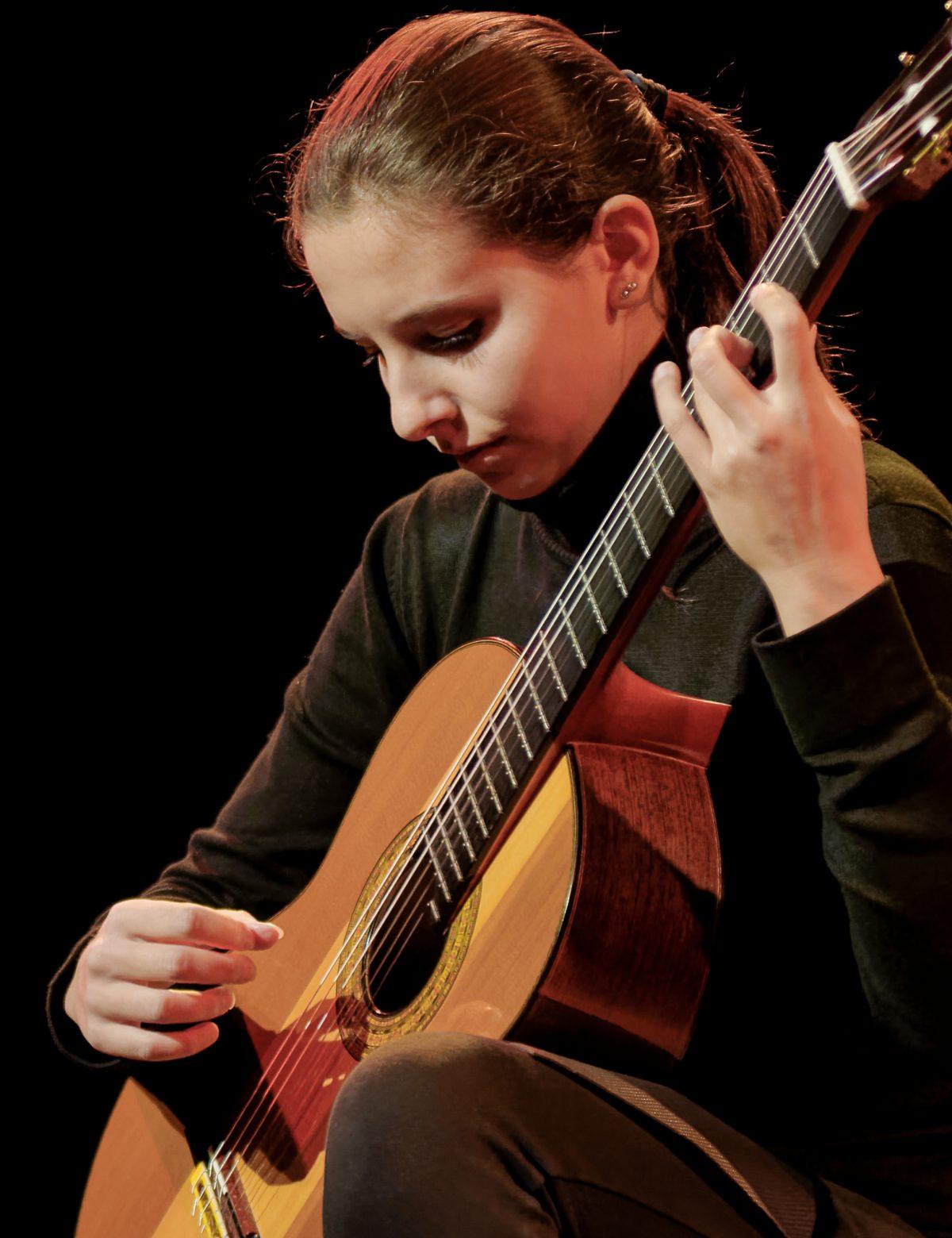 Carlotta Dalia spelar under Uppsala Internationella Gitarrfestival.
